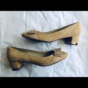 Isaac Mizrahi Karla 2 Natural Suede Bow Low Heel Pumps NEW